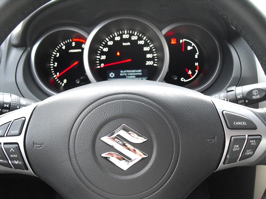 Suzuki Grand Vitara: Blick durch den Lenkradkranz auf die Rundinstrumentierung.