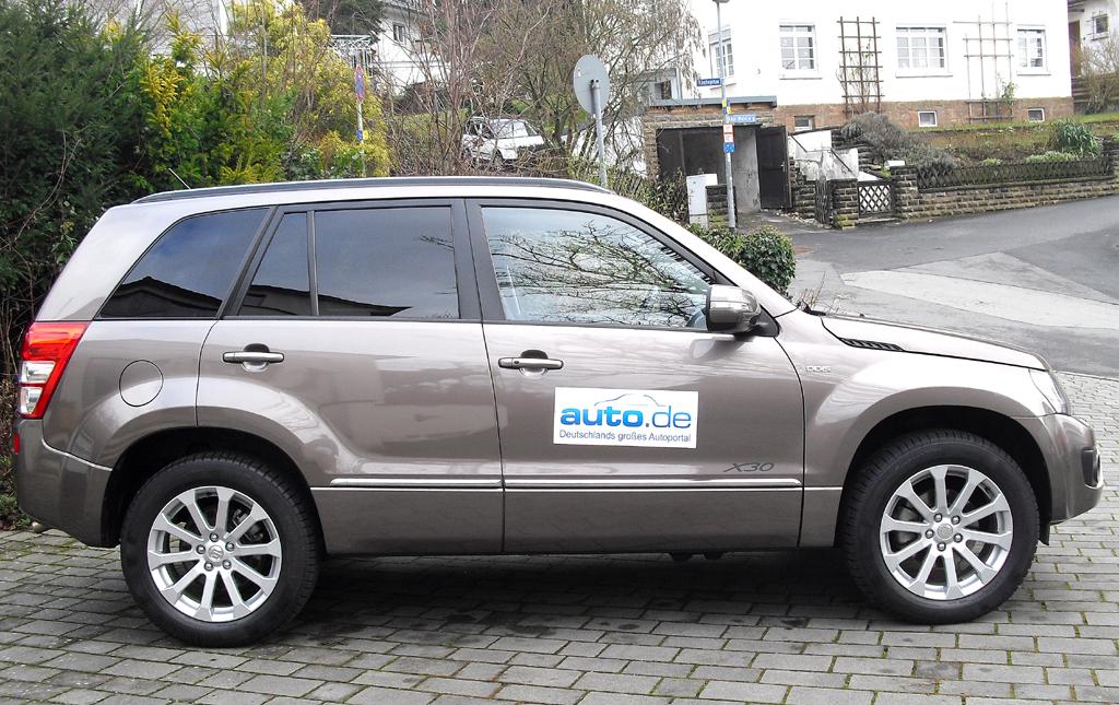 Suzuki Grand Vitara: Moderne Hochformat-Leuchteinheit hinten mit Modellschriftzug.