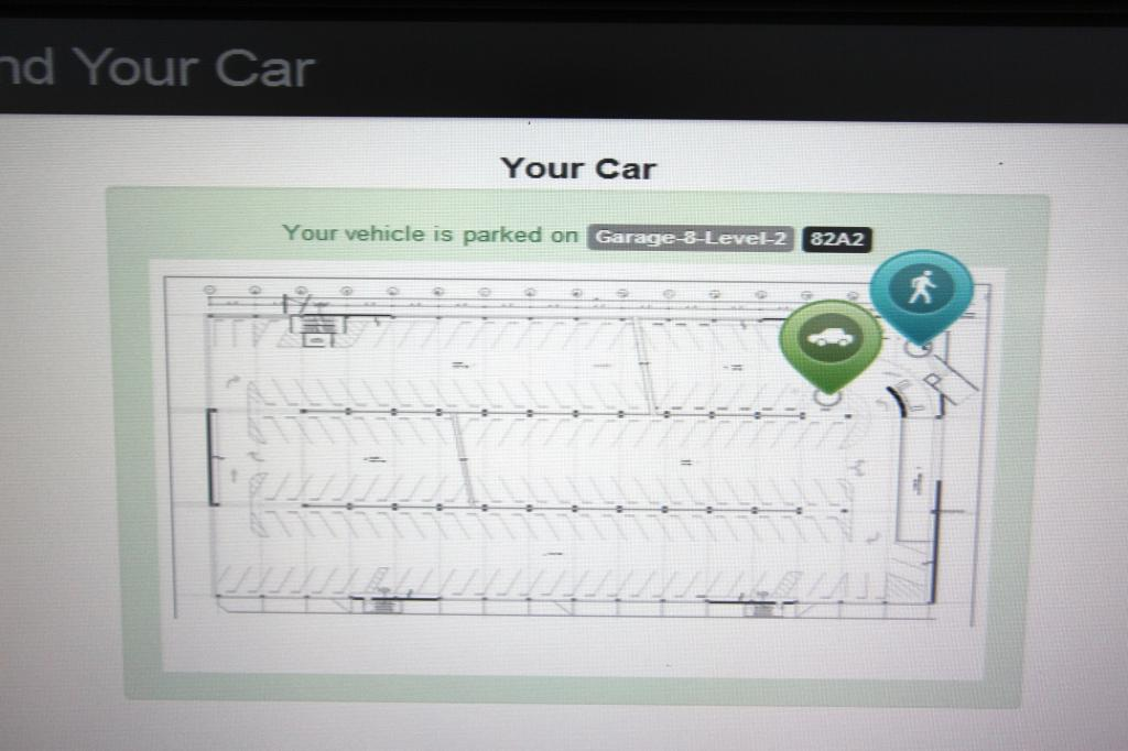 Und wer dort auf seinen Wagen klickt, der sieht drei Sekunden später eine Art Landkarte und eine Wegbeschreibung, die ihn zum eigenen Wagen führt – und zwar ganz ohne Suche.