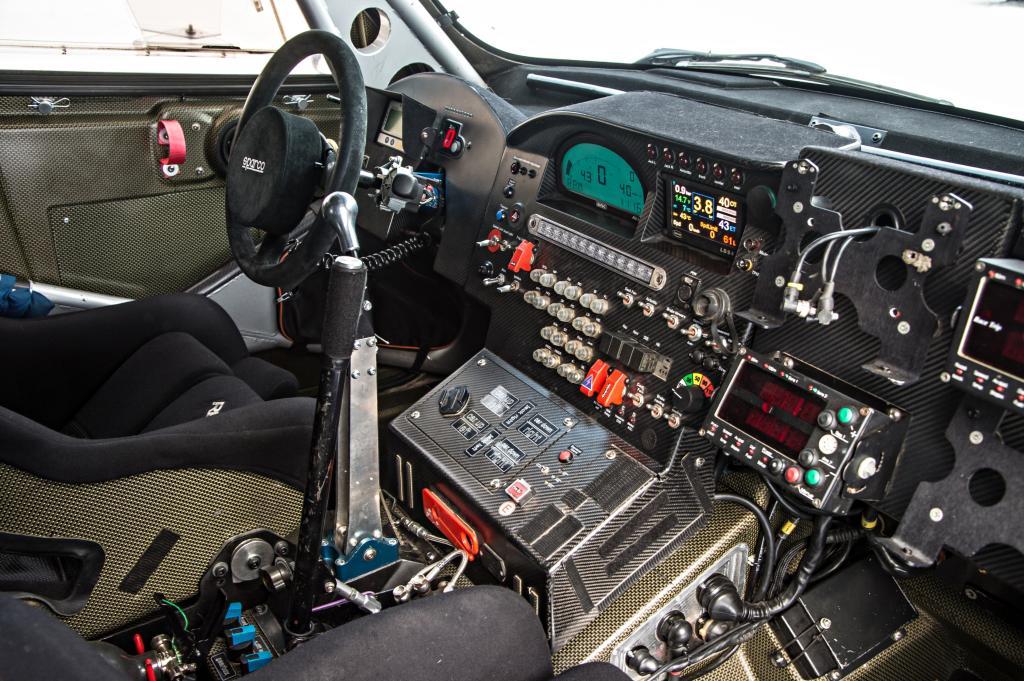 Wo andere Rennwagen nicht viel mehr Anzeigen haben als den Drehzahlmesser, erinnert sein Arbeitsplatz an das Cockpit eines Airbus-Piloten
