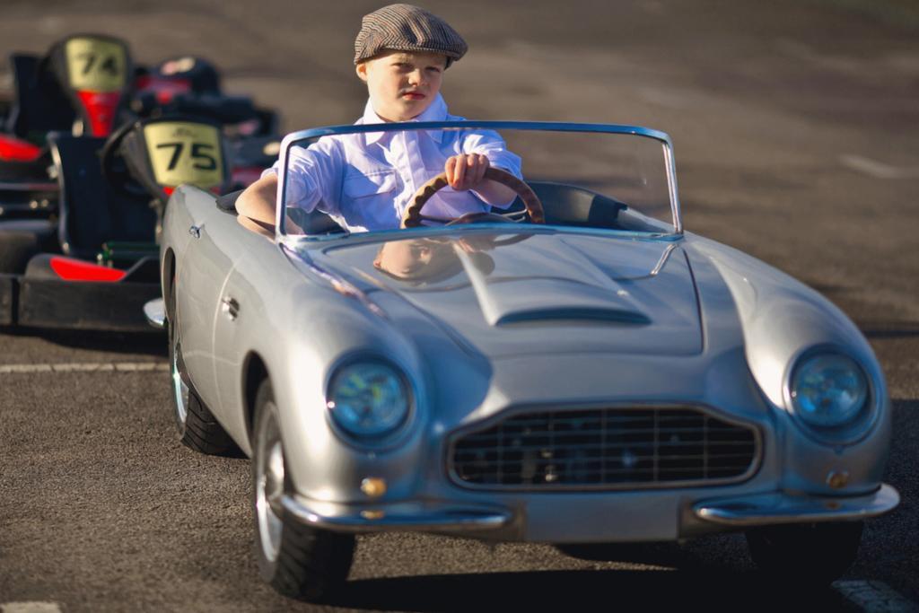 """Angetrieben wird der DB Convertible Junior von einem Benzinmotor, der vorne im Fahrzeug eingebaut ist und wie bei einem """"großen Auto"""" mit einem Zündschlüssel gestartet wird."""