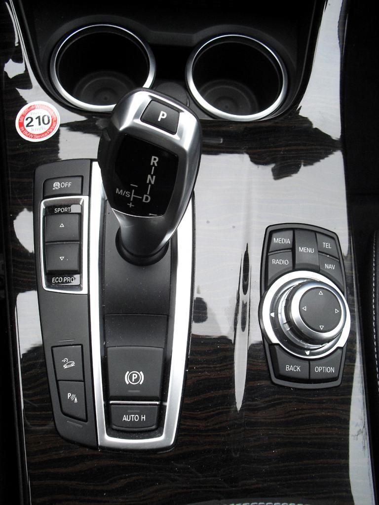 BMW X3: ... und die Bedieneinheit um den Getriebewählhebel auf der Mittelkonsole.
