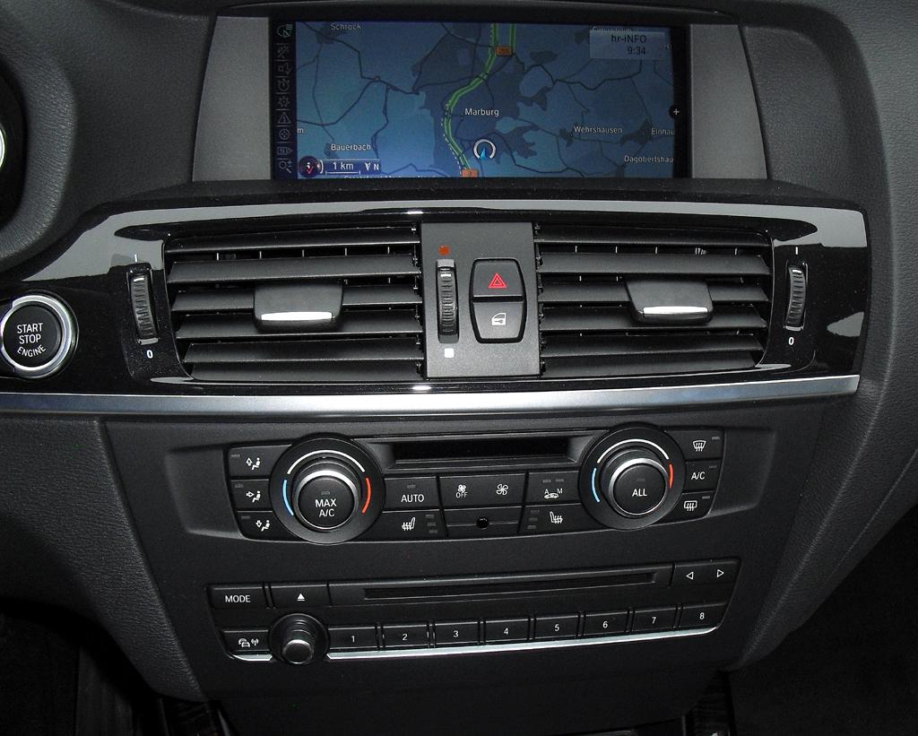 BMW X3: Blick auf den mittleren Armaturenträger ...