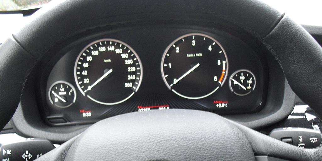 BMW X3: Blick durch den Lenkradkranz auf die Rundinstrumentierung.