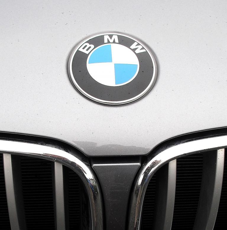 BMW X3: Das Markenlogo sitzt vorn über der Doppelniere.