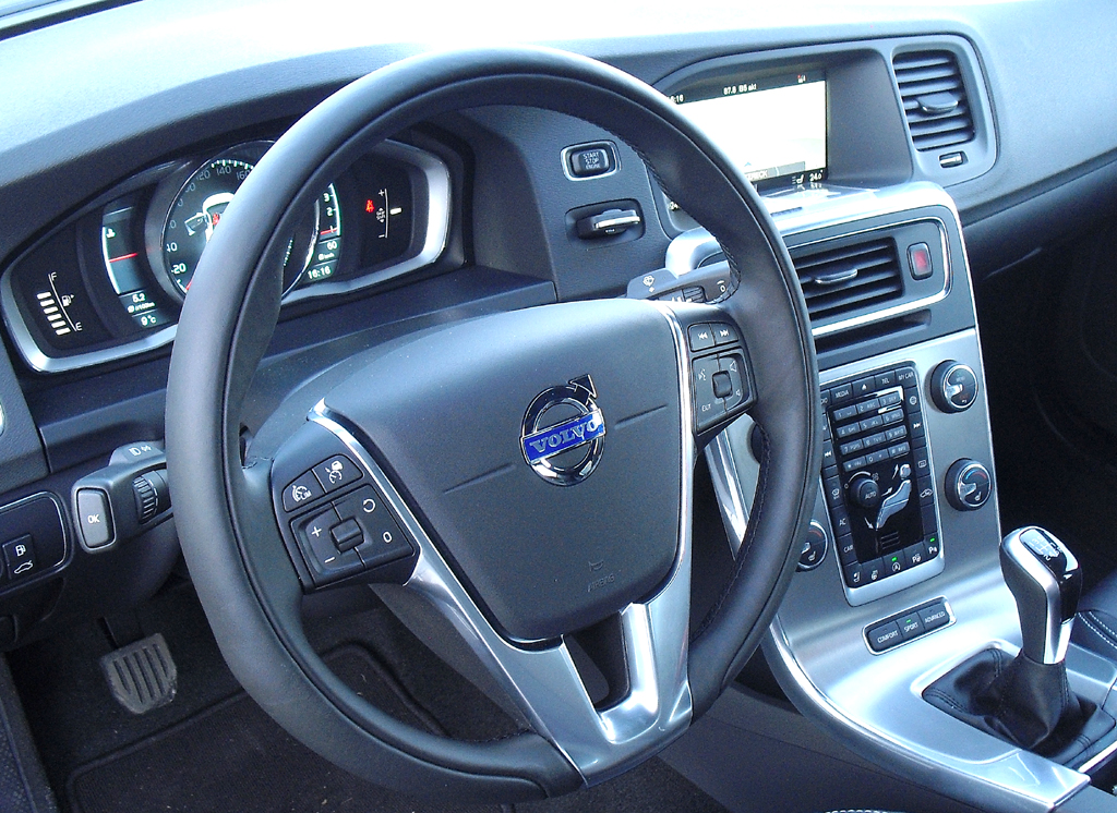 Blick ins nordisch-coole Cockpit der Volvo-S60-Limousine.