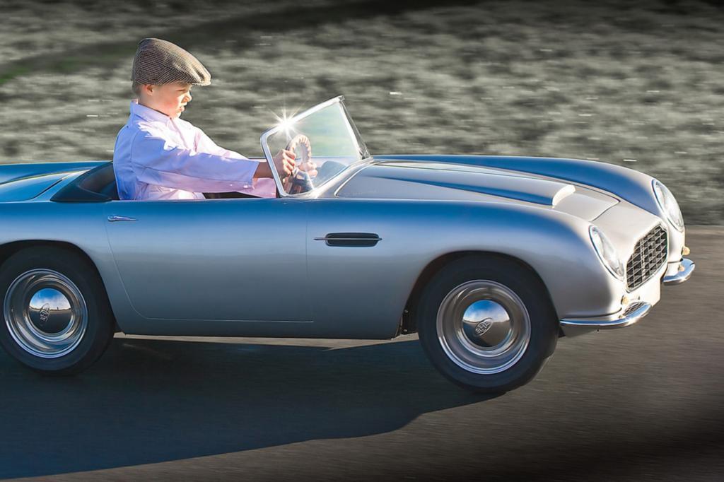 Das DB Convertible Junior ist dem Aston Martin DB-Modell der 60er Jahre nachempfunden und alles andere als ein klappriges Tretauto.