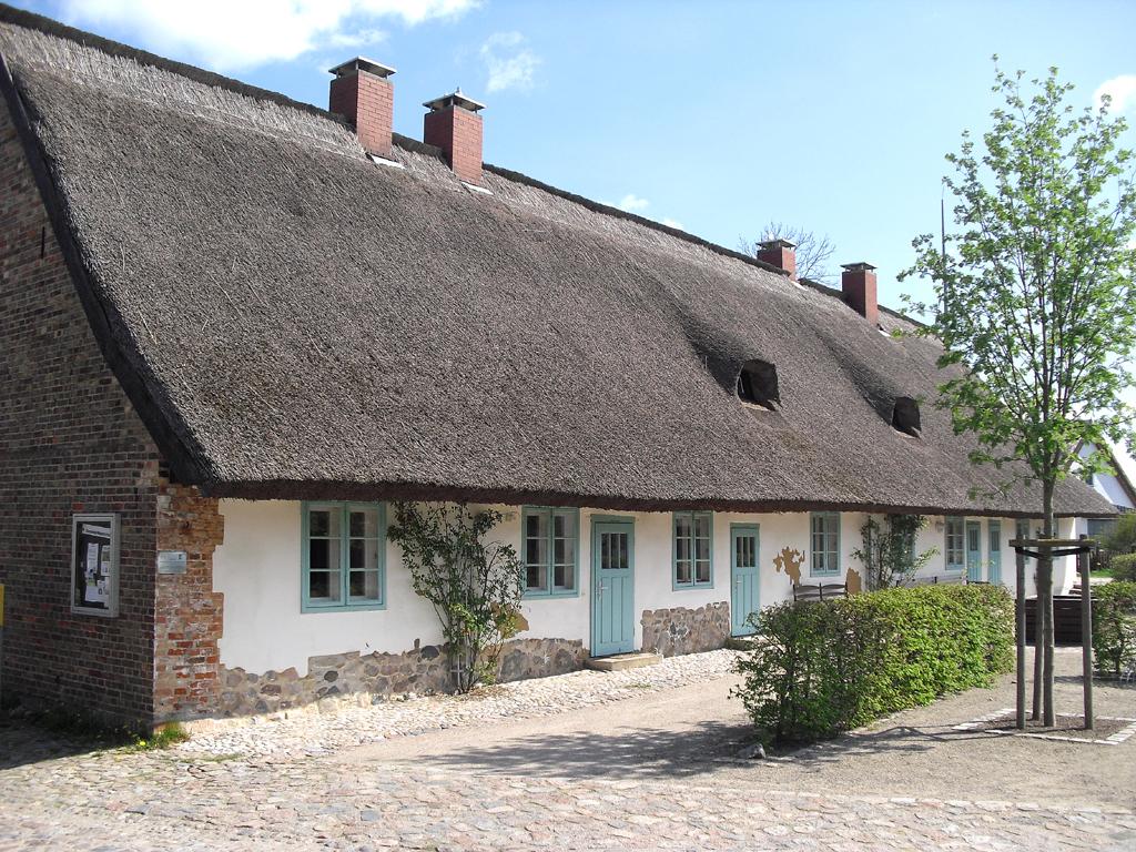 Das lange Dorfhaus in Stolpe bei Anklam ist reetgedeckt.