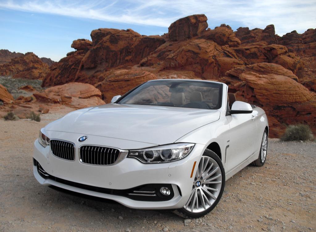 Das neue BMW 4er-Cabrio vor typischer Sandsteinformation im Feuertal.