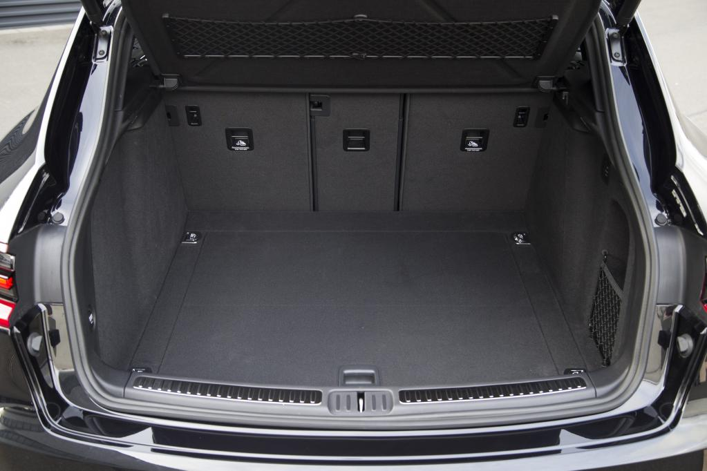 Der Kofferraum offeriert 500 Liter Ladevolumen, die durch Umlegen der dreifach im Verhältnis 40: 20: 40 geteilten Rücksitzbank auf 1.500 Liter erweitert werden kann.