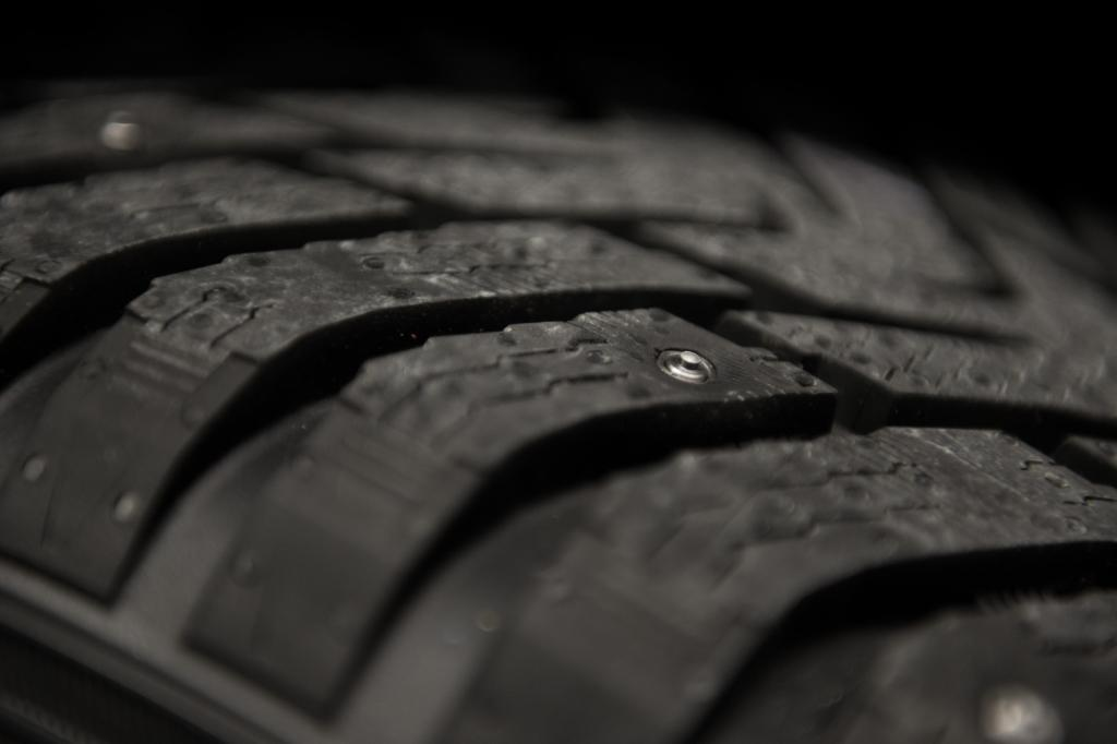 Der Reifenhersteller Nokian Tyres hat jetzt einen Winterreifen-Prototypen vorgestellt, bei dem Spikes im Pneu verschwinden, wenn sie nicht gebraucht werden.