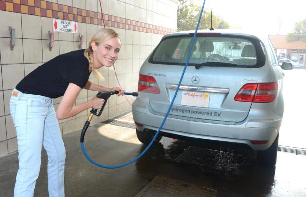 Diane Kruger und Joshua Jackson testen B-Klasse als Wasserspender