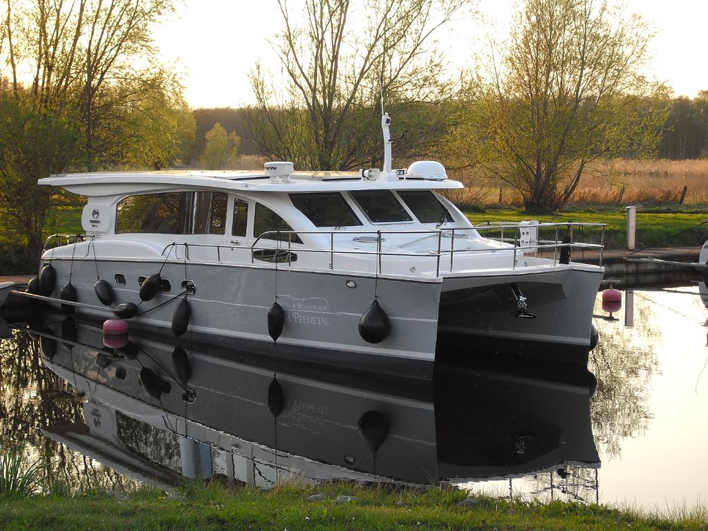 Die Peene lässt sich auch mit Katamaran-Booten erkunden.