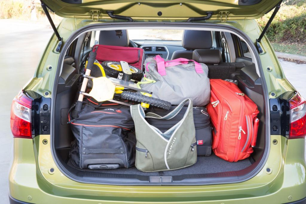 Durch die breite Öffnung und die niedrige Ladekante lassen sich auch sperrige Gegenstände leicht hineinschieben und unter der Kofferraumabdeckung ist zusätzlich Platz für Kleinigkeiten.