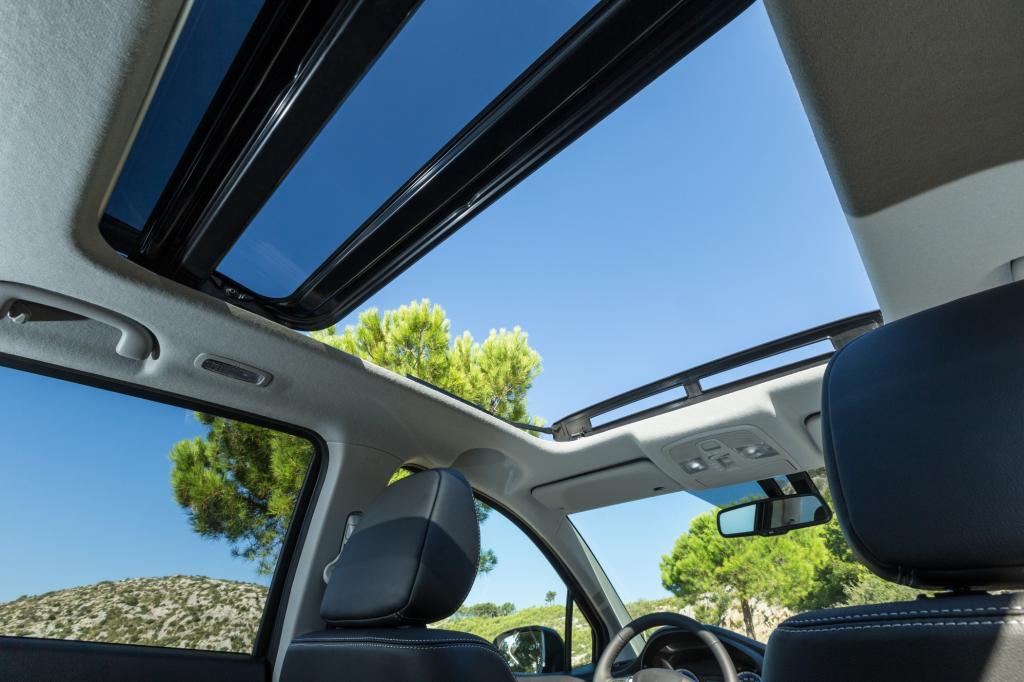 Eine Empfehlung ist das Panoramaschiebedach, das sich über eine Länge von einem Meter erstreckt und in der höchsten Ausstattungsvariante zum Serienumfang gehört.