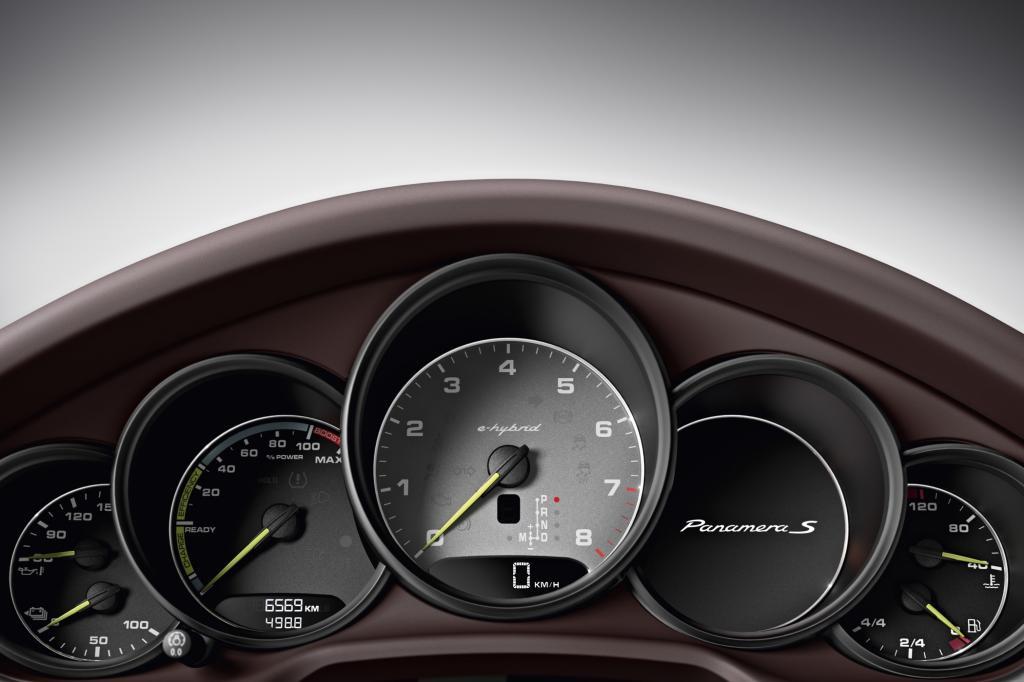 Grüne Zeiger, ein grün umrahmter Modellschriftzug und nicht zuletzt jede Menge grün anmutende Technik kennzeichnen den nominell sparsamsten Porsche diesseits des Wundersportlers 918