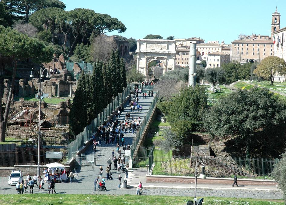 Heute sind auf alten Straßen in Rom vor allem Touristen unterwegs.