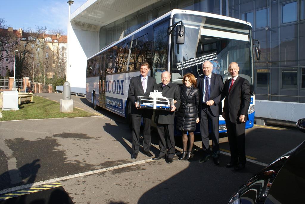 ICOM erhält 2000stes Nutzfahrzeug von Mercedes-Benz