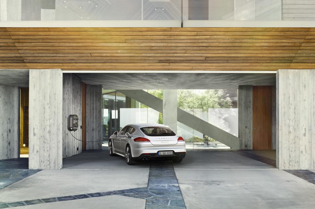 In der heimischen Garage mit Kraftstrom am 400-Volt-Anschluss vollgeladen, zeigt das Display eine elektrische Reichweite von 22 Kilometern