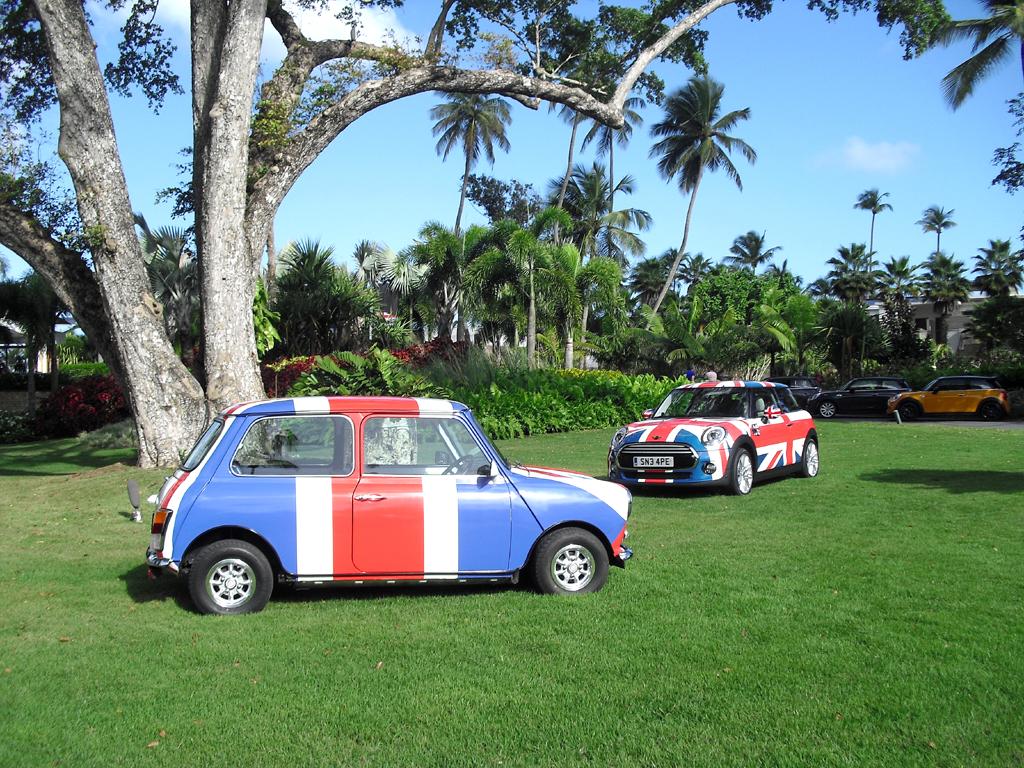 Made in England: Zwei Mini-Modelle in britischer Nationalflagge im Garten des Ritz Dorado Beach.