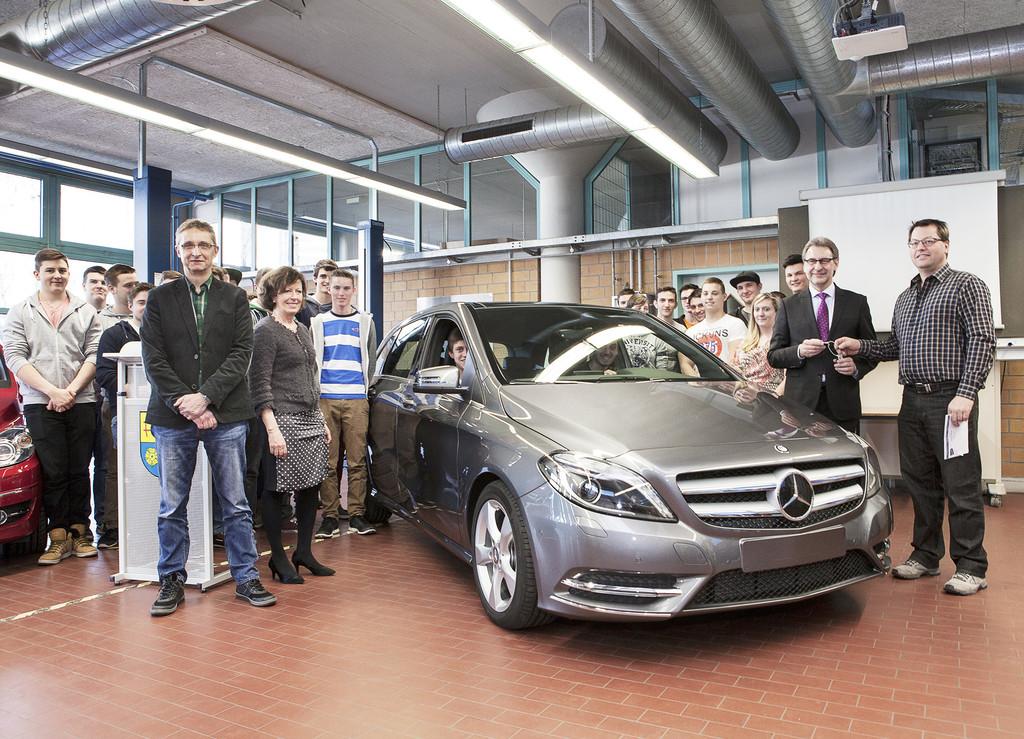 Mercedes-Benz-Werk spendet Ausbildungsfahrzeug