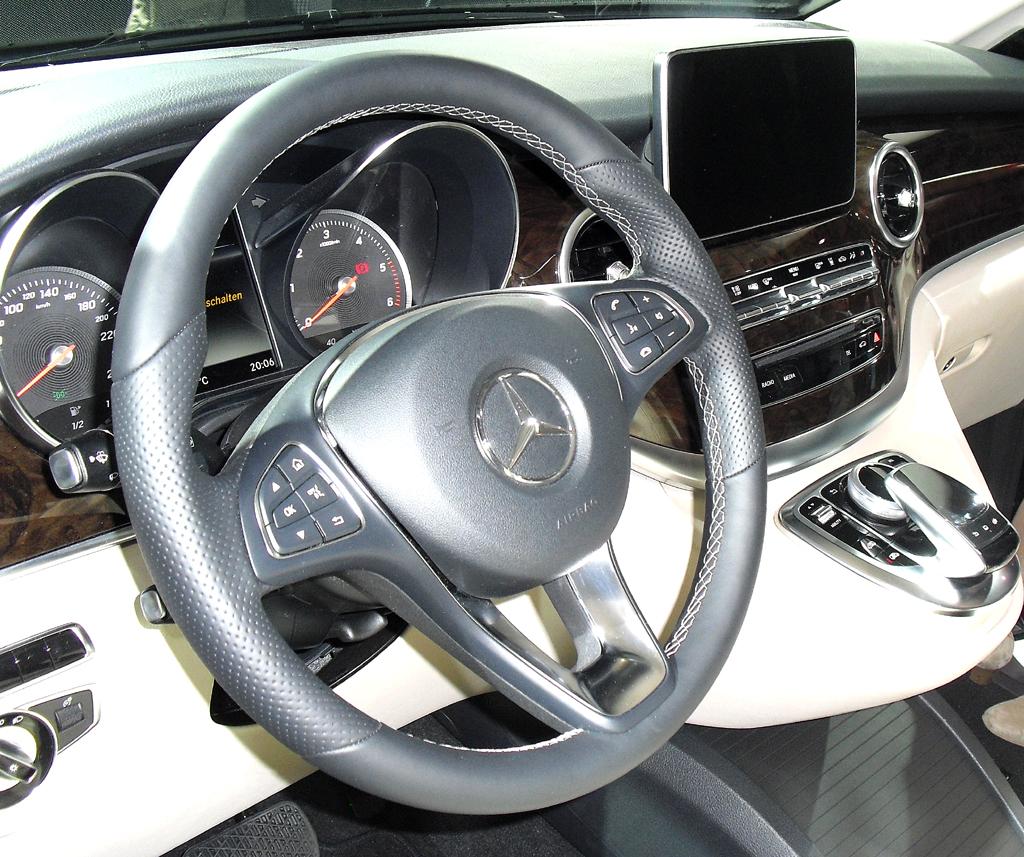 Mercedes-V-Klasse: Blick ins wertige Cockpit mit Anleihen aus der neuen C-Klasse.