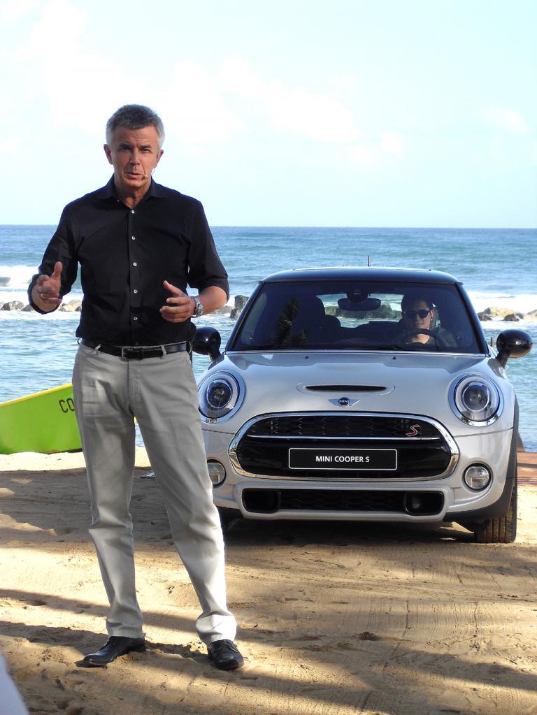 Mini-Mann Peter Schwarzenbauer bei der Präsentation am Strand von Dorado.