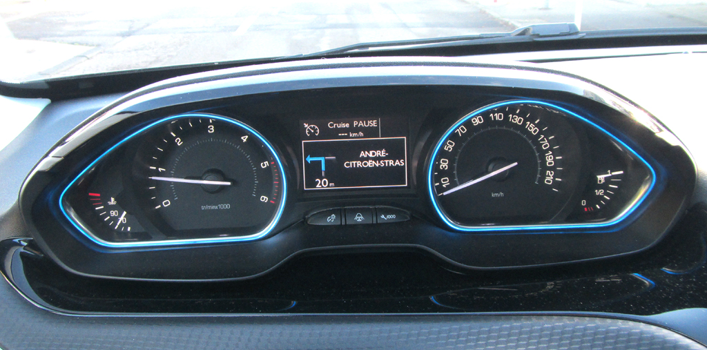 Peugeot 2008: Blick durch den Lenkradkranz auf die Instrumentierung.