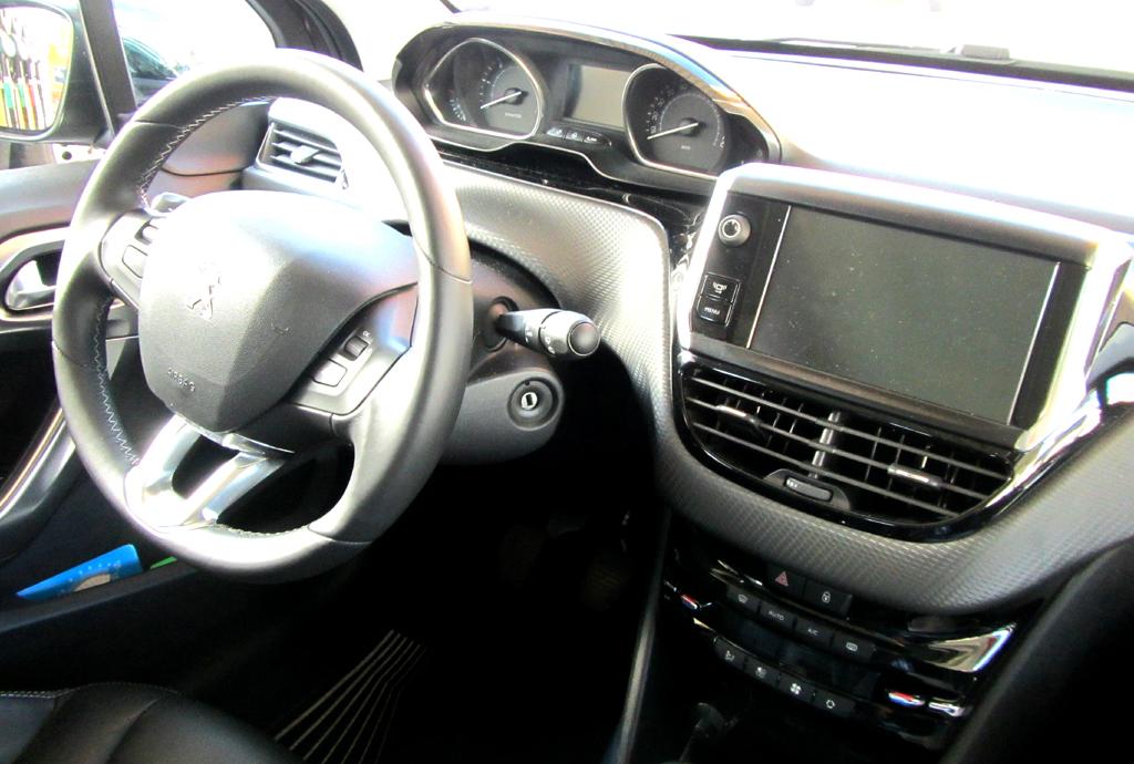 Peugeot 2008: Blick ins recht übersichtlich gestaltete Cockpit.