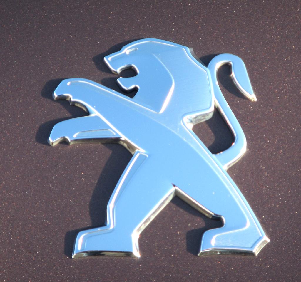 Peugeot 2008: Das Markenlogo, der Löwe, sitzt vorn auf der Motorhaube.