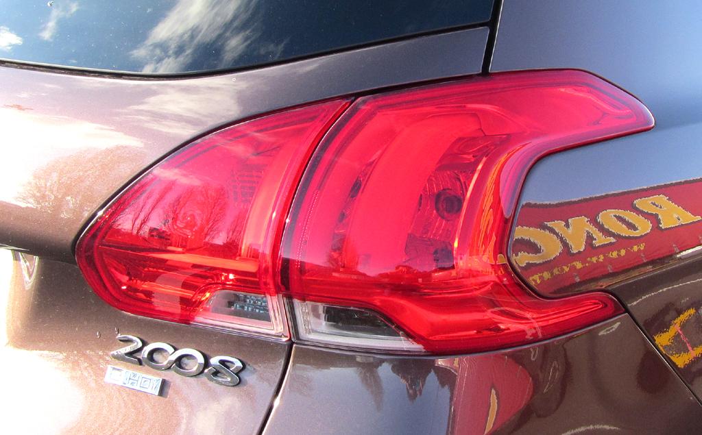Peugeot 2008: Großformatige Leuchteinheit hinten mit Modellschriftzug.