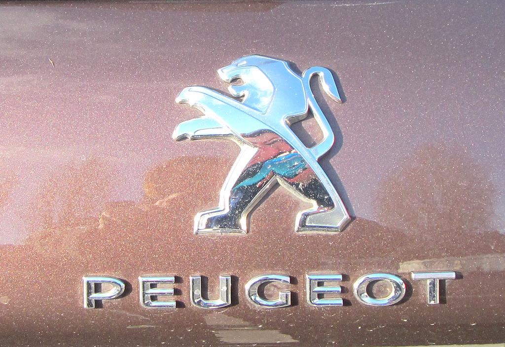 Peugeot 2008: Markenlöwe und Markenname auf der Heckklappe.