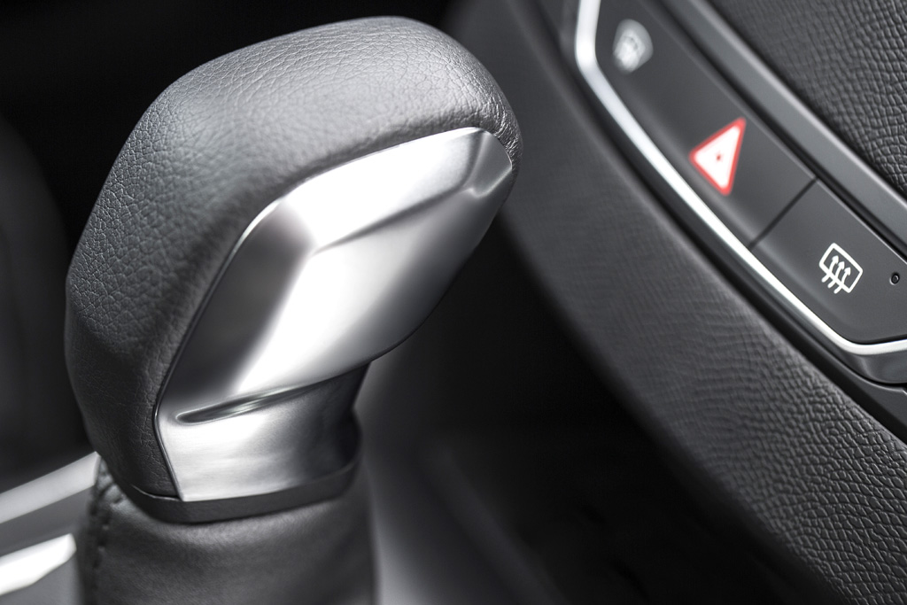 Peugeot 308 SW: Im Cockpit, Blick auf den Getriebewählhebel, geht es wertiger zu.