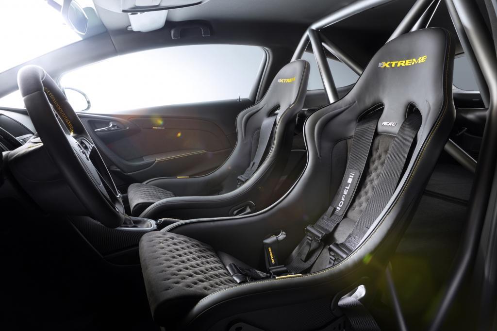 Pilot und Beifahrer nehmen auf Recaro-Schalensitzen mit Sechspunktgurten Platz