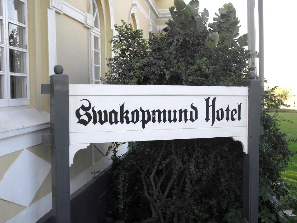 Schild am Haupteingang des Hotels.