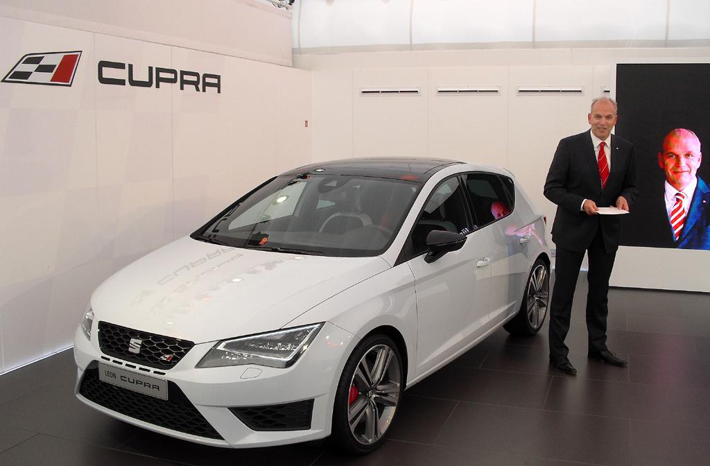 Seat-Chef Jürgen Stackmann bei der Präsentation des neuen Cupra in Martorell.
