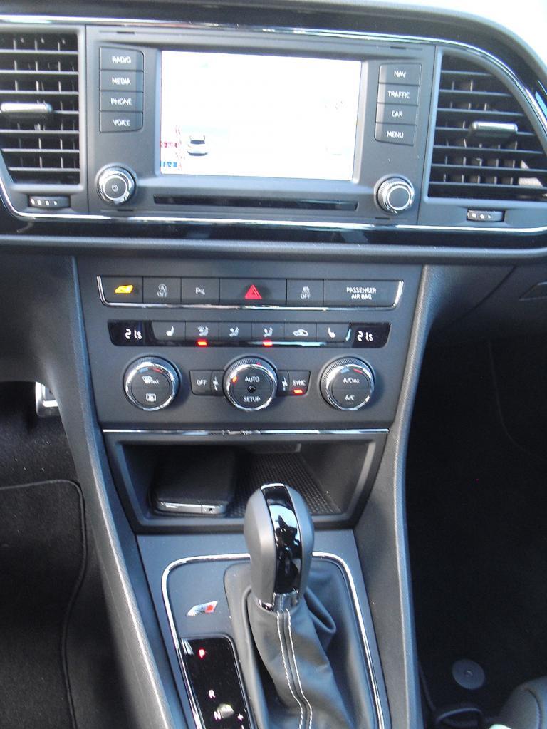 Seat León Cupra: Blick auf den mittleren Armaturenträger.