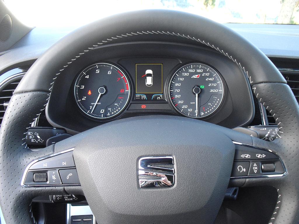 Seat León Cupra: Blick durch den Lenkradkranz auf die Rundinstrumentierung.