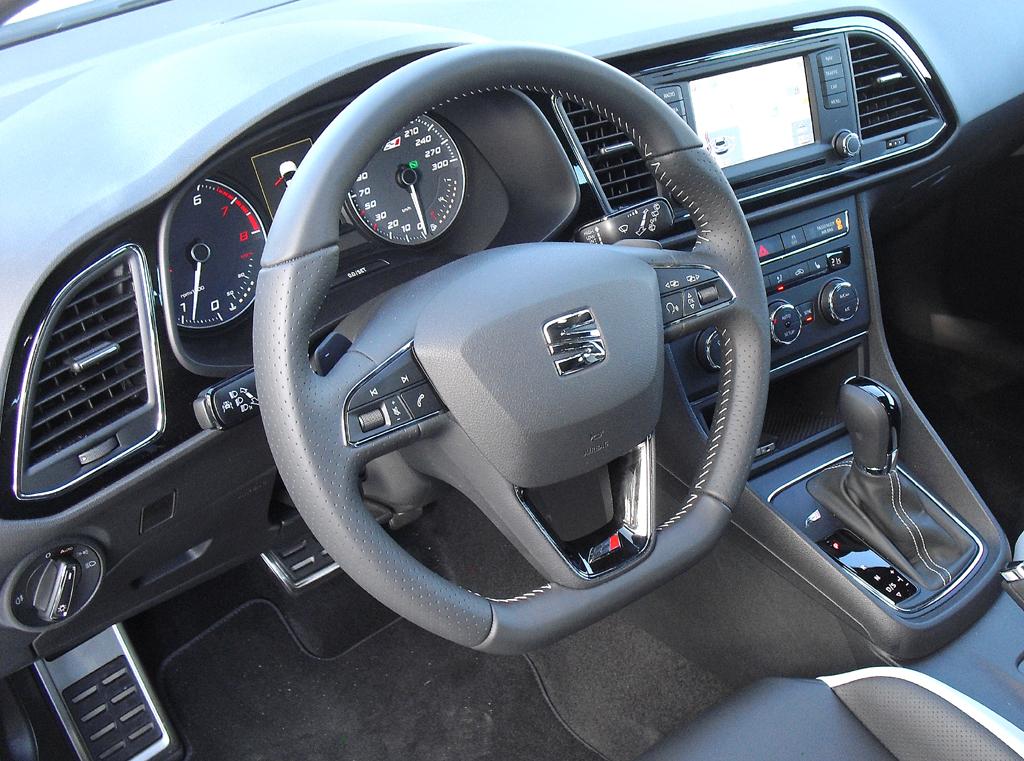 Seat León Cupra: Blick ins sportlich-funktionell gestaltete Cockpit.
