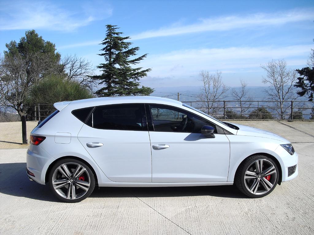 Seat León Cupra: So sieht der Fünftürer mit Dachkantenspoiler am Heck von der Seite aus.