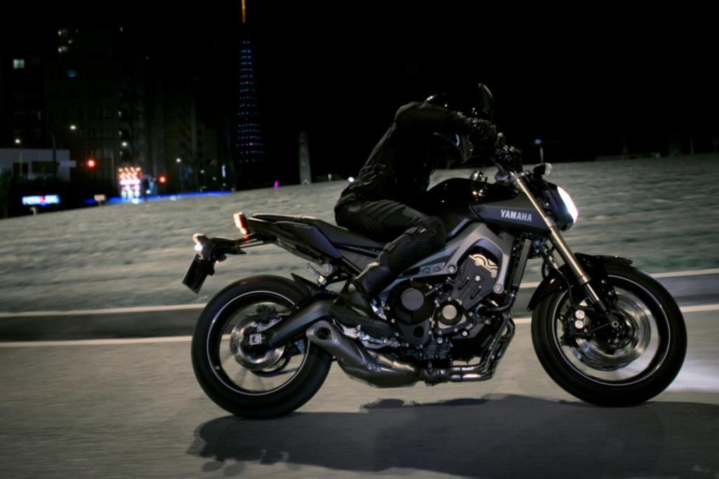 So lancierte man Mitte 2013 die MT-09, ein unverkleidetes Funbike mit eindrucksvollen Daten und einem für die Marke ungewöhnlichen Motor, der von drei Zylindern befeuert wird.