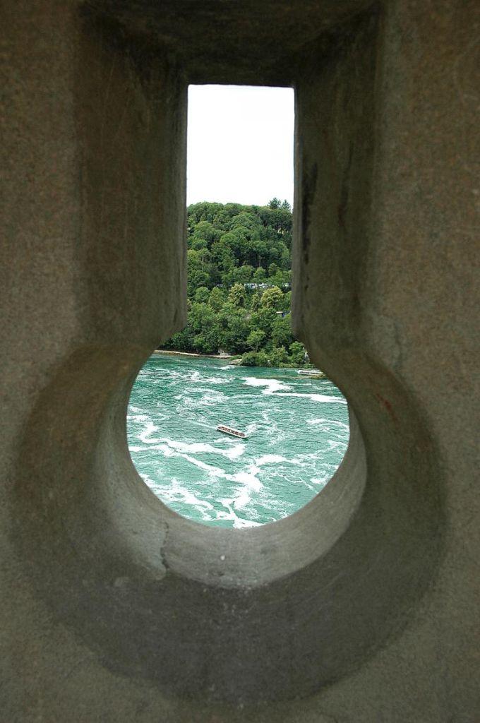 Ungewöhnliche Perspektive auf die Wasser des Rheins.