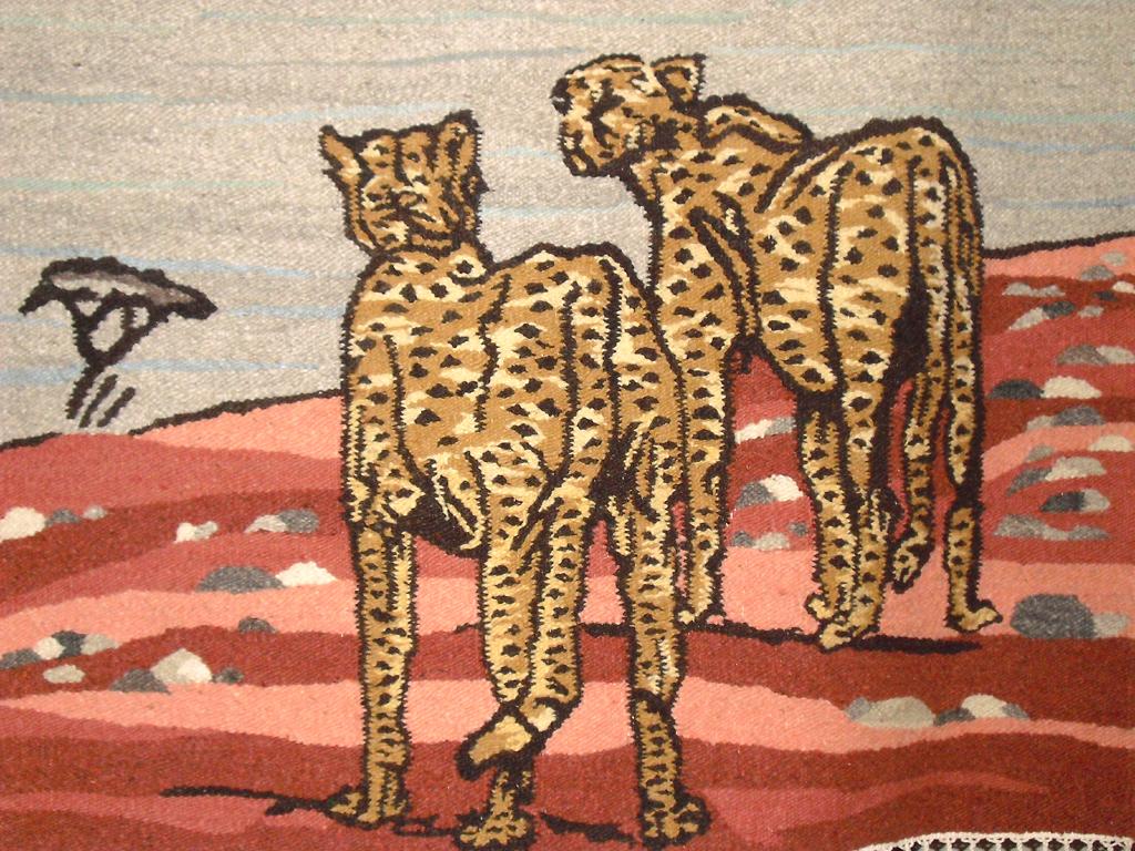 Wandteppich mit Geparden in der Lobby.