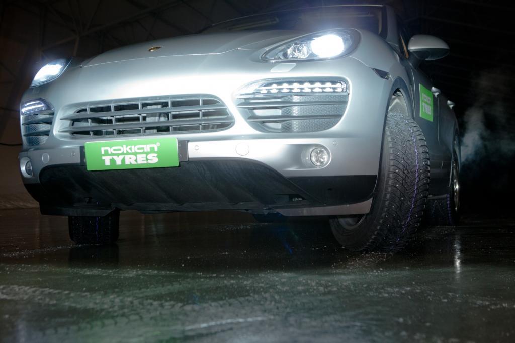 Wenn die Bedingungen sich ändern, lässt der Fahrer per Knopfdruck die Metallstifte aus den Winterreifen fahren.