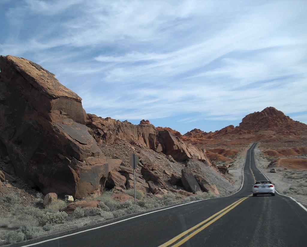 Wer mit dem Autos durch das Valley of Fire fährt, sollte das Tempolimit einhalten.