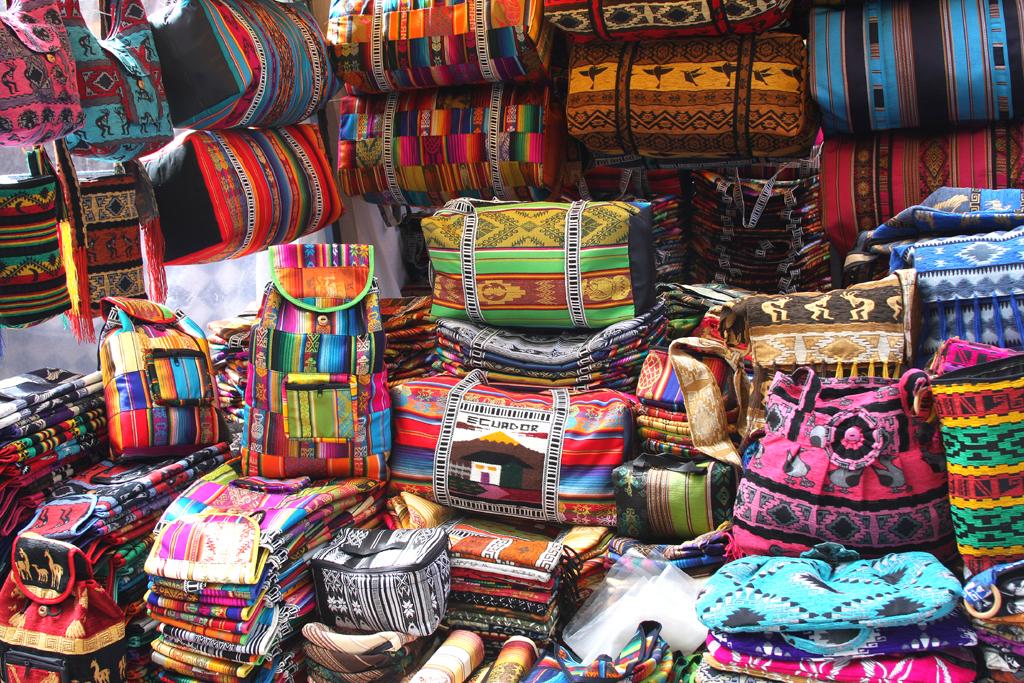 Überaus bunt geht es auf den Indiomärkten wie hier in Otavallo zu.