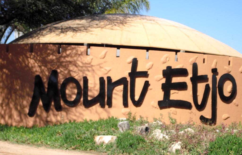 An der Einfahrt zur Lodge zu Füßen des Mount Etjo.