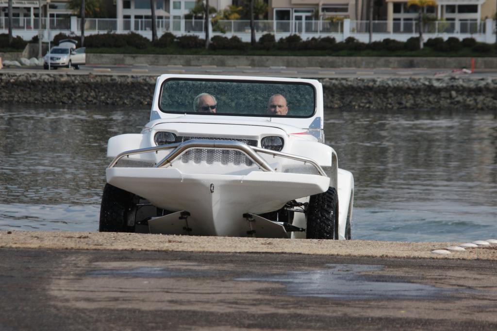 Anders als das in Deutschland entwickelte Amphicar, das vor bald 15 Jahren den Anstoß zu diesem Projekt gab, ist das Watercar eben nicht nur ein Schwimmwagen mit abgedichteter Karosserie und einer Schiffsschraube am Heck.