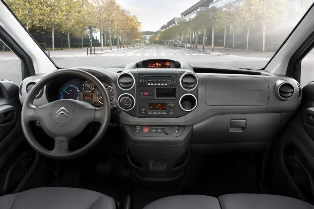 Angetrieben wird der Franzose von dem aus dem Kleinstwagen Citroen C-Zero bekannten E-Motor mit 49 kW/67 PS Leistung und einem maximalen Drehmoment von 200 Nm