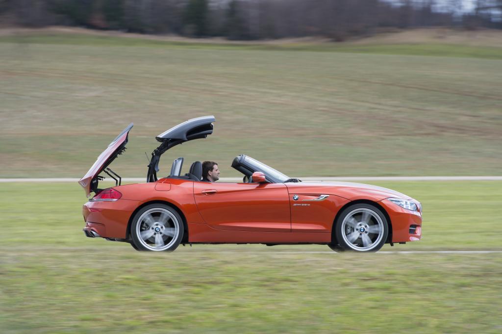 Das zweiteilige Hardtop schließt oder öffnet vollautomatisch in rund 20 Sekunden, bei neueren Modellen auch während der Fahrt bis 40 km/h